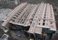 Edificio de 13 plantas recostado en el suelo.