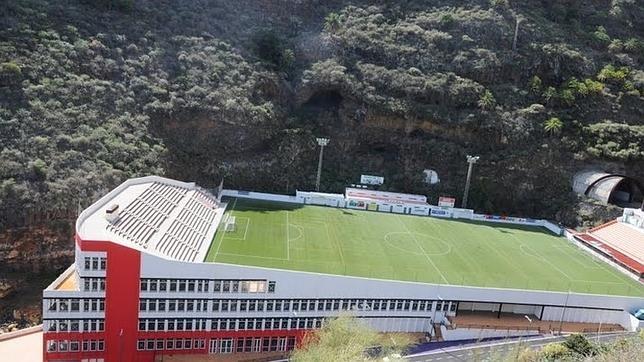 Estadio de fútbol sobre edificio de oficinas - equipo aparejador