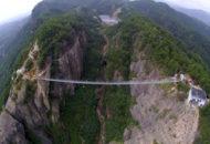 Bonito puente de 300 m. de longitud con pasarela de cristal.