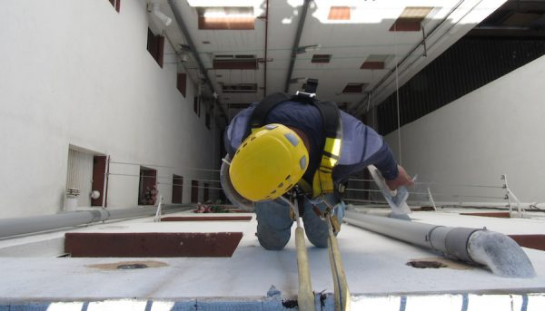 Descuelgue vertical en patio interior de edificio de viviendas - equipo aparejador