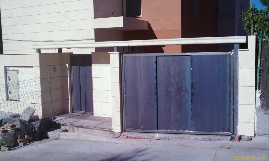 Colocación de marquesina de entrada a vivienda. equipo aparejador 01