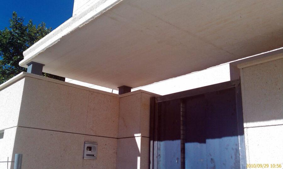 Colocación de marquesina de entrada a vivienda. equipo aparejador 09